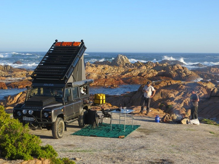 Land-Rover-Icarus-Rooftop-Camper-by-Alu-Cab-2